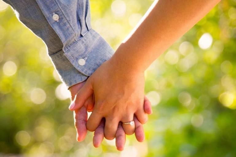Risultato immagini per foto di fidanzati che si tengono per mano
